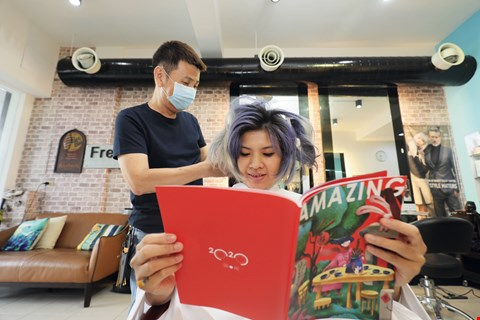 Nowadays, patrons of Pingtung salons read copies of the county's Amazing Pingtung magazine while getting their hair done. (photo by Jimmy Lin)