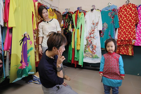 The Vietnam–Chiayi Culture House, located in Chiayi County, showcases Vietnamese national dress and offers such clothes for rental.